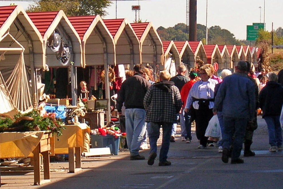 Great-Smokies-Flea-Market-Crowd-outside