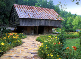 lily-barn-entrance-path