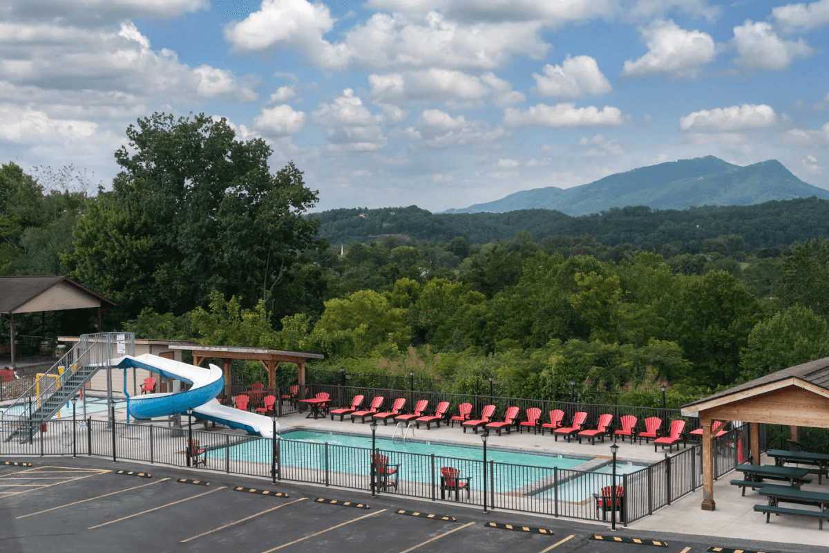 swimming pool with mountain view - Howard Johnson Pigeon Forge